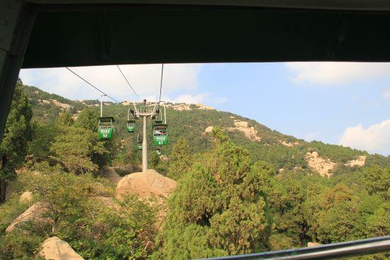 坐缆车赏峄山美景