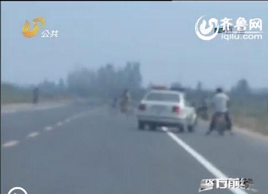 警方根据杨女士提供的线索,一路追出不到两公里,就发现了因摩托车坏在路边的犯罪嫌疑人尹某(视频截图)
