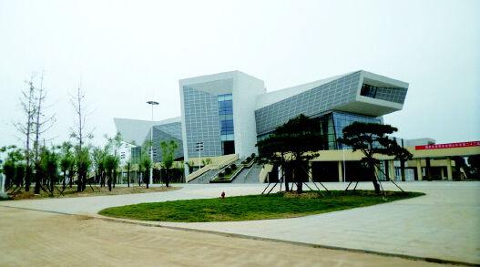 为营造良好环境,曲阜新投资建设体育馆,由综合馆和游泳馆两部分组成