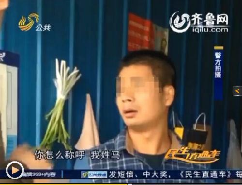 济宁市中公安分局红星新村派出所的两名民警在路边买饼的时候,抓获了一名网上逃犯。(视频截图)