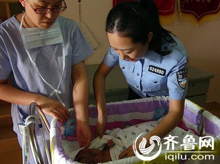 新生男婴被封纸箱内遗弃马路边 民警送医挽救小生命