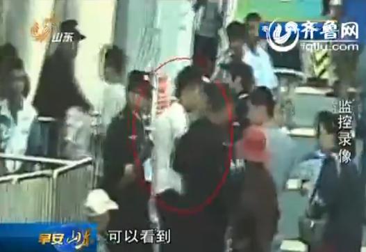 赛事是没有看成,这名逃犯当场被扣上手铐。(视频截图)