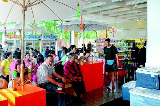 在泰国导游安排的购物场所,不少游客百无聊赖地坐等离场。