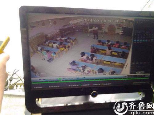 监控录像中,几名儿童被罚跪