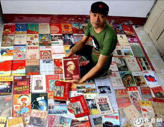 董西德为自己拍下了与他百余种国庆纪念刊藏品的合影
