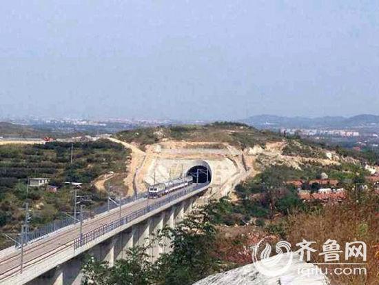 10月1日10时许,一列检查列车从即墨北站开出,标志着青荣城际铁路联调联试阶段正式拉开帷幕。