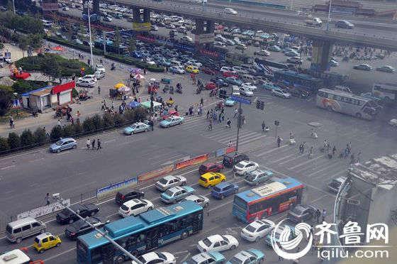 济南长途汽车总站附近的交通状况。(齐鲁网记者 满倩 摄)