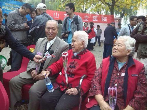10月2日,重阳节,来自全省的99对金婚老人相聚大明湖畔,共度老人节。齐鲁晚报记者张泰来 摄