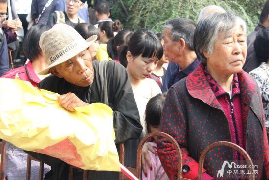 阳佳节,老人们祈福求家人平安-十一假期第二天恰逢重阳 老人们登