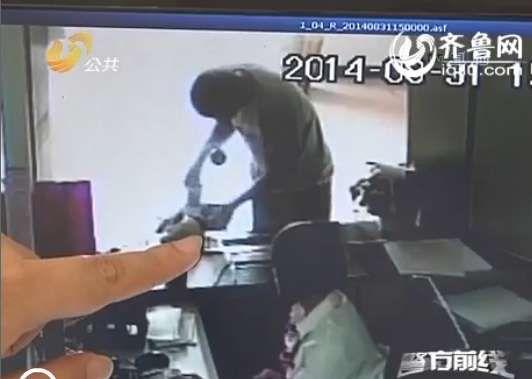 警方调查发现该男子在银行办理了汇款业务,将3万多元钱汇到了河南周口太康县的一个帐户上(视频截图)