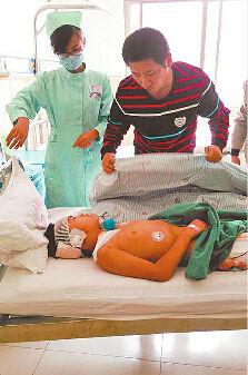 孩子正在医院接受治疗 (高歌 摄)