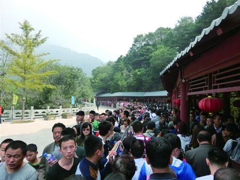 昨天,泰山中天门索道入口前排起了长队 记者孙姮摄