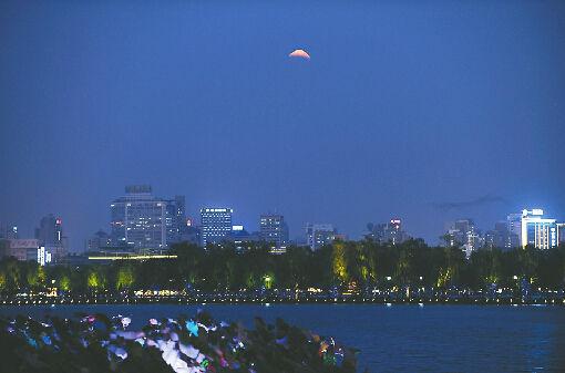8日19:59,千佛山风景区的月食现象。