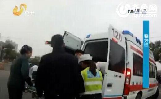 在大家伙的帮助下,受伤的老人被民警抬上救护车送往医院。(视频截图)