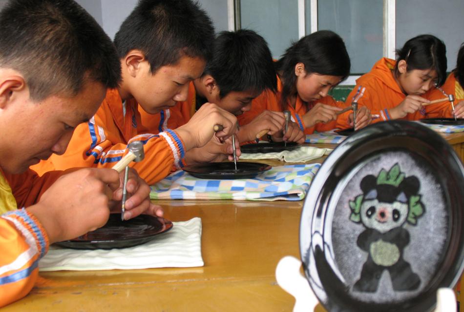 学生在学习刻瓷技术