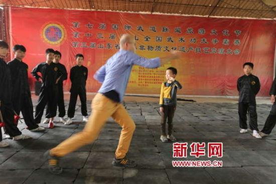 10月3日,德国游客来到梁山功夫院学习梁山武术。