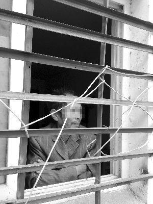 男子被关在车库里。现代快报记者 胡涓 摄