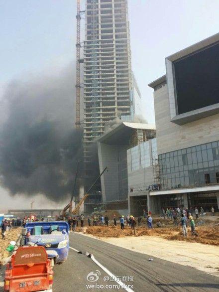 济南领秀城附近起火 浓烟滚滚