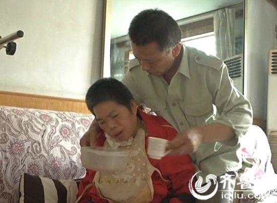 济宁男子守护植物人妻子6年:曾一天吸痰50次