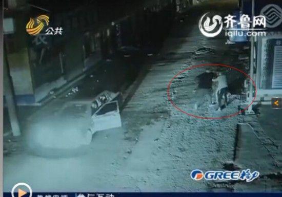 另一段监控视频则显示刘某等人殴打他人