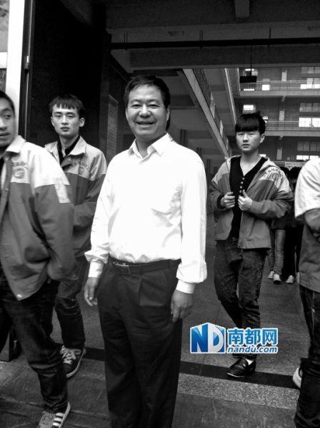 荣兰祥在学校实习车间门口,此时学生正好下课。 南都记者 曹晶晶 摄