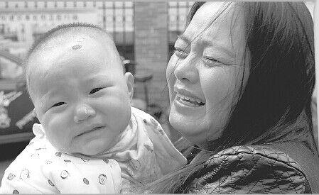 看着孩子遭受折磨,小子萱的母亲心痛不已。