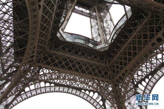 """埃菲尔铁塔""""玻璃地面""""成新景"""