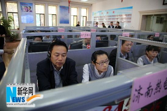 10月22日,济南热电有限公司总经理魏红军在接听市民来电。