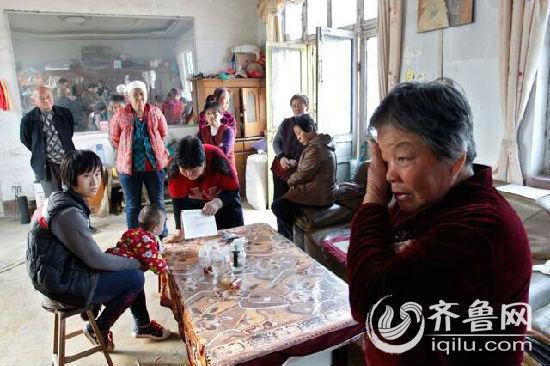 22日下午,附近村民纷纷来到小子萱家,说起孙女的遭遇,小子萱奶奶痛哭流涕。记者按下快门的一瞬间,谁也不会想到,两天之后,图片左侧坐在椅子上哄孩子的刘洪云服毒身亡。记者 王鑫 摄