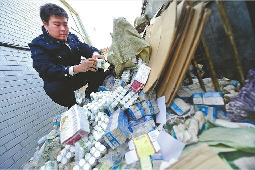 民警在现场清点制造假药的原材料和包装等 记者王锋 摄