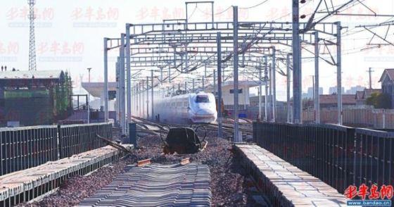 10月13日,动检列车快速通过即墨北站,开往烟台方向。 王滨 李隽辉 摄影报道