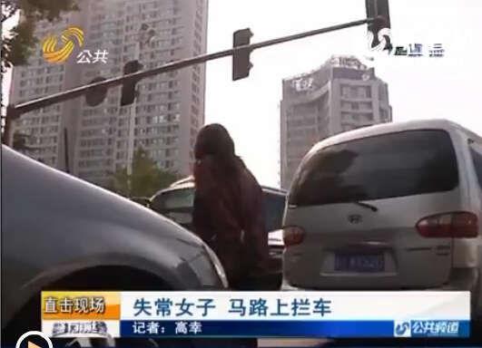 记者了解到,有路过的行人多看了她几眼,女子立刻就追过去骂行人。骂完了行人,她回到马路中间,站在一辆车的前面,不让车往前开,整条道路开始堵车。
