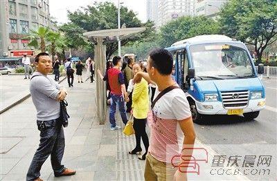 昨日,大坪公交车站,408路驾驶员李师傅讲述他前一天在这里抓小偷的惊险过程。重庆晨报记者 杨新宇 摄