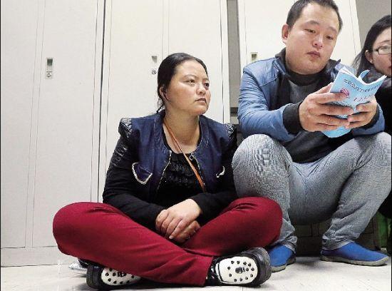 孩子母亲在手术室外等候 摄/法制晚报记者杨益