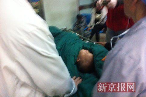 子萱被推往手术室。新京报记者 李相蓉 摄