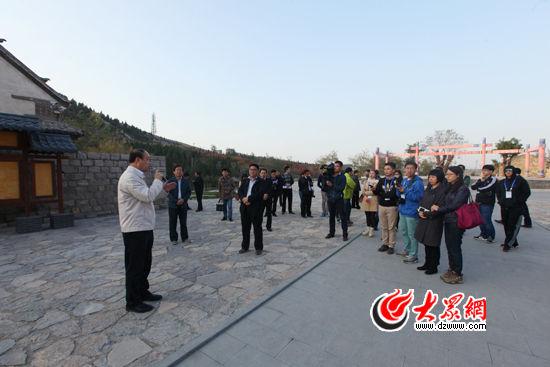 27日,章丘市市委书记江林向媒体行采访团介绍章丘旅游模式,借用混合所有经济搞活旅游产业。