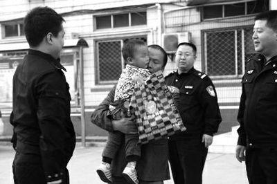 从民警手中接过离别两个多月的儿子时,张先生流下泪水 公安未央分局供图