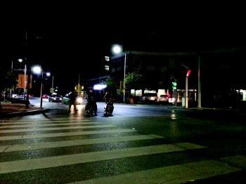 27日晚10点多,事发路口早已回归平静。
