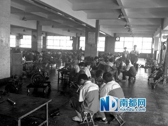 学生在汽修车间实习。南都记者 曹晶晶 摄