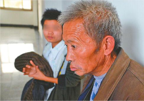 被告人李某的父亲(右)请求法院对儿子(左)的量刑予以从轻判罚。 记者谢永亮 摄