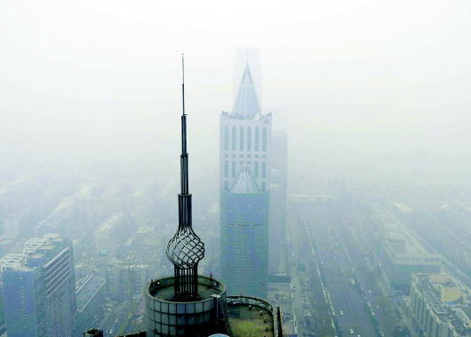 省会济南被雾霾包围。
