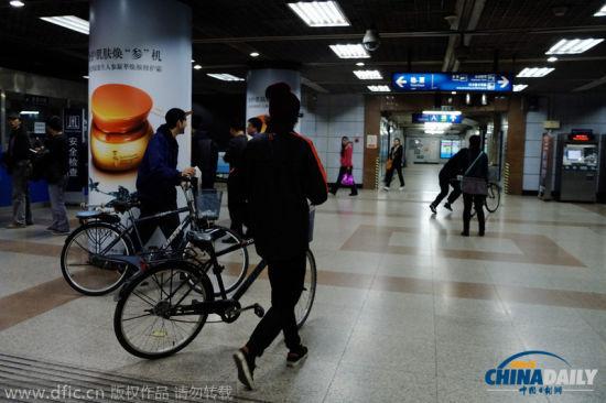 2014年10月29日,北京,老外欲将自行车带入地铁被阻拦后,愤愤冲向出站口。