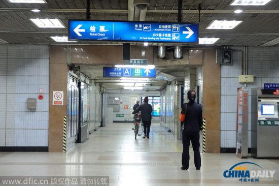 2014年10月29日,北京,三老外将自行车推出地铁站。