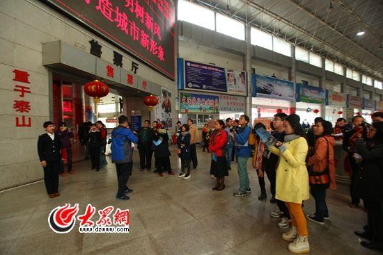 """31日,""""聚焦'一圈一带'第十届中国网络媒体山东行采访团""""来到莱芜长途汽车站采访。"""