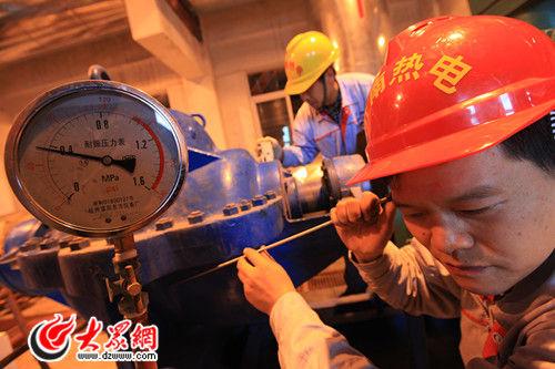 济南热电工作人员正在调试供热设备
