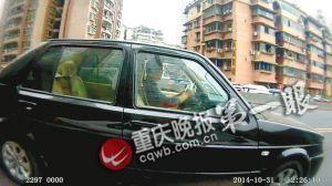 这个驾驶员看一下账本,再看一下车前。