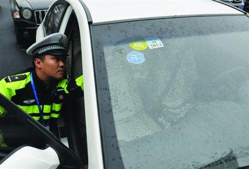 因没年审,车主将其他车辆的保险标志和年审标志贴到自己车上  通讯员尹建民记者刘畅摄