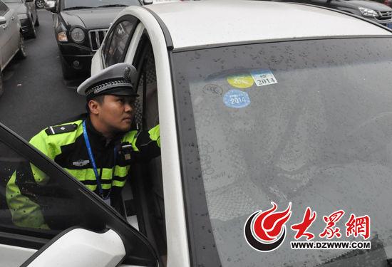 驾驶员称,因为违法记录太多,干脆就不去审车了。