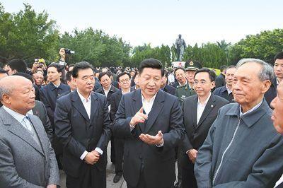 12月7日至11日,中共中央总书记、中央军委主席习近平在广东省考察工作。这是习近平在深圳莲花山公园与当年参与特区建设的老同志交谈。 新华社记者 兰红光 摄