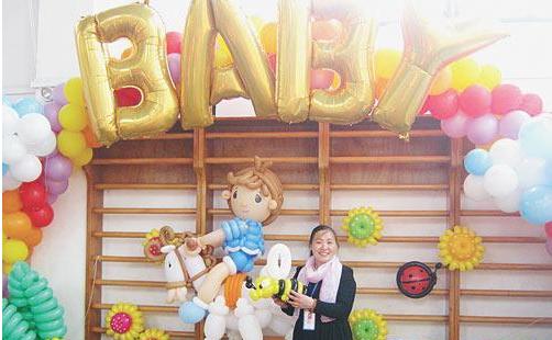 她制作的气球服饰,动物,人偶受到市民尤其新婚家庭,商场,小孩子的欢迎